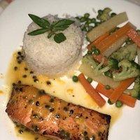 Prato Excelente! Camarão Grelhado com molho de maracujá, legumes salteados e arroz.