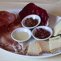 Per gli amanti della tradizione consigliamo il nostro antipasto con formaggi e salumi locali