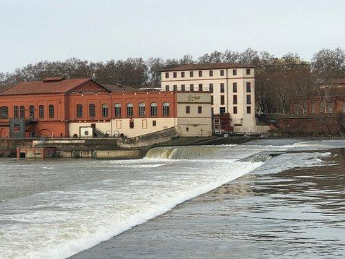 Bazacle le barrage et 'usine en arrière plan