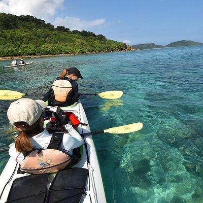 西表ブルーを満喫するには本格派シーカヤックツアーしかない。当店のエメラルドグリーンの海を漕ぐコースにて。