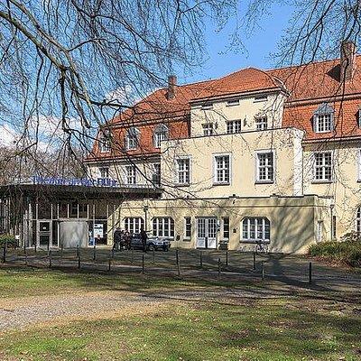 Spielort ist das ehem. Kurhaus im Solbad im Raffelbergpark an der Stadtgrenze Mülheims zu Duisbu