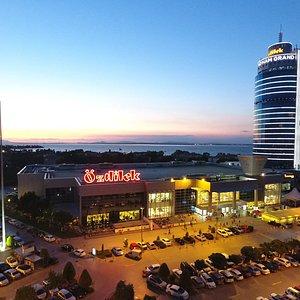Özdilek İzmir AVM, muhteşem manzarası ve kaliteli hizmet anlayışıyla misafirlerini ağırlıyor.