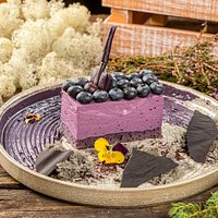 """Мурманский """"Уголек""""- сырный торт со смородиной и ягодами голубики."""