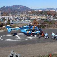ヘリコプターから救助者を救急車へ運ぶ訓練の様子