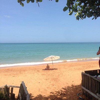 A faixa de areia é curta, a água é fria e o mar é sem ondas fortes.