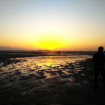 遠浅で海水温も温かい海水浴場です。 天気の良い日の夕方は、とても美しい夕陽を見る事が出来ます。「インスタ映え」する写真を撮るのにも良いかも。
