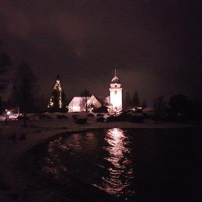 Rättviks kyrka precis intill Siljan