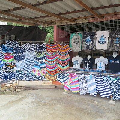 มีร้านจำหน่ายเสื้อผ้าและสินค้าที่ระลึกครับ