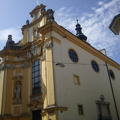 市庁舎横の黄色い建物