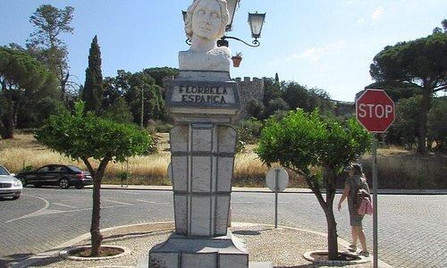 Monumento com castelo ao fundo