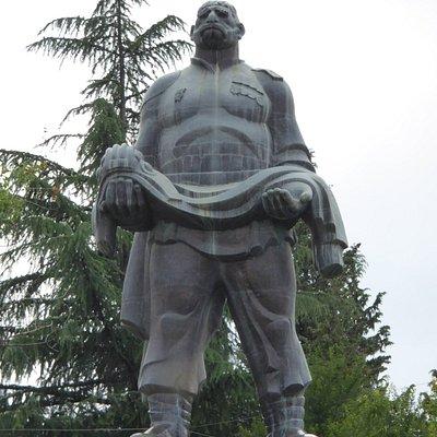 Монумент (вид снизу - со стороны дороги)