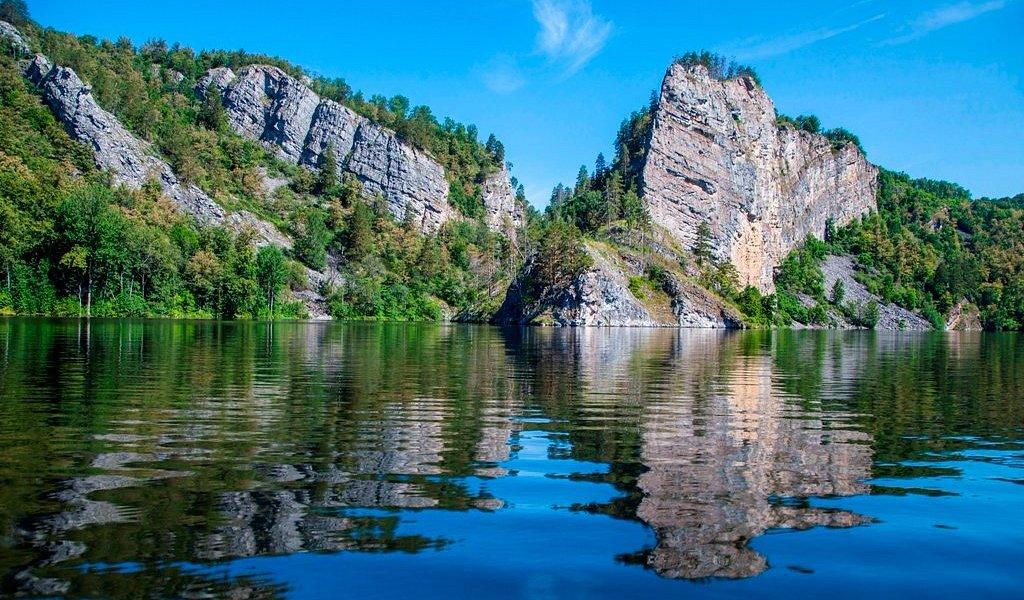 Отвесные скалы на Юмугзинском водохранилище
