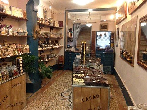 Entrez dans ce beau magasin et découvrez ces délices.