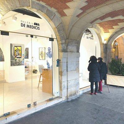 Vitrine de la Galerie De Medicis avec les sculptures de Bruno Catalano.