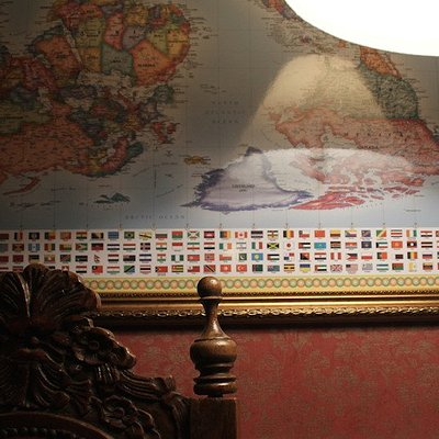 Uma embaixada que esconde segredos inimagináveis... Venha desvendar seus enigmas e tentar escapa