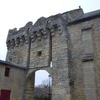 Porche à gauche de l'église pour accéder à l'arrière