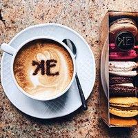 """Кофе с корицей и сет самых популярных пирожных """"макарон""""."""