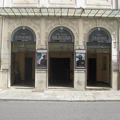 La facciata denota chiaramente lo stile liberty dell'edificio