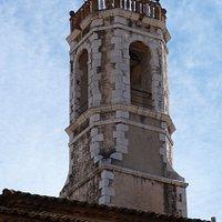 El campanario es de base cuadrada que en el último cuerpo se convierte en octogonal