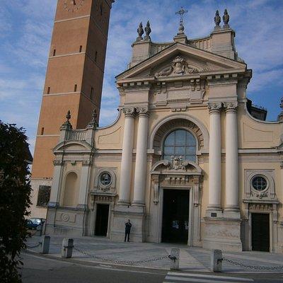 Difronte alla Chiesa il Centro culturale Monsignor Sonzini