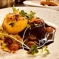 Sauerbraten vom Rind - kleiner Kartoffelkloß -Trauben - Spitzkohl
