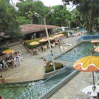 Um vista do ponto alto do parque, piscina com água natural e em constante movimento