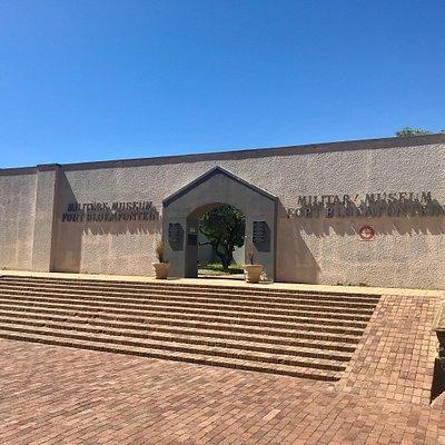 Museo mäenpäällä.