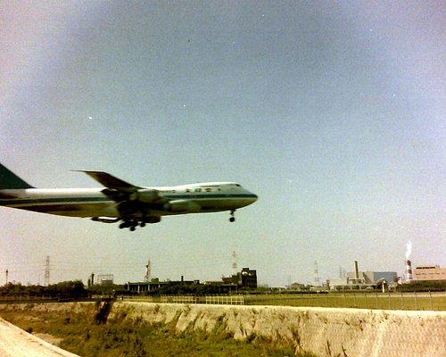 昔国際空港で747がひっきりなしに飛んでいた。34Lの南端で見る747は正に圧巻であった。