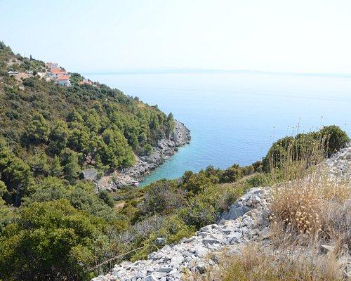 Widok na zatoczkę z plażą Kavala i apartamenty we wsi Borje.