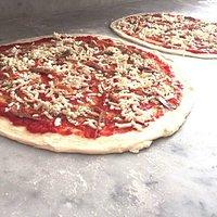 Non solo pizza tonda..anche mezzi metro..per un'ottima serata in compagnia!