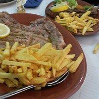 Costeleta de vitela com batatas fritas (em baixo) e lagartinhos (em cima)