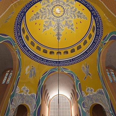 Esta é a foto da cúpula do Santuário de Na. Sra. Aparecida vista de baixo.Nós vamos até as janel