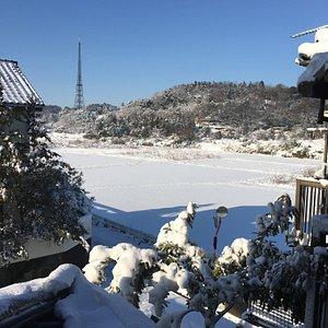 奥に見えるのが佐原テレビ中継局。2018年1月23日日朝  窓を開けると雪景色
