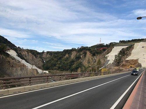 18年1月 阿蘇大橋の現地復旧でなく、前方左右のコンクリ部に新設される工事中 村道、長陽大橋から
