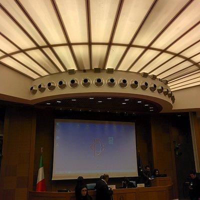 Soffitto con luci soffuse e maxischermo per contributi multimediali
