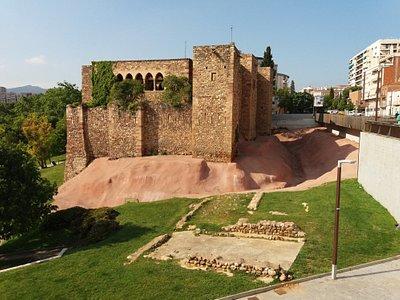 Vista exterior lateral del castillo