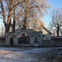 красивые ворота и молельный дом