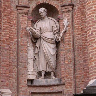 Dettaglio della  facciata barocca di San Filippo a Chieri a due passi dall'Arco e della pasticce