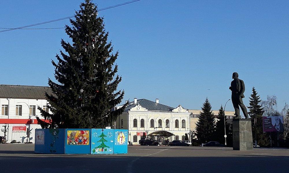 центральная площадь Острогожска. Ну и куда ж без вождя?