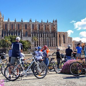 Discover Palma on a bicycle tour through the beautiful and well preserved old town