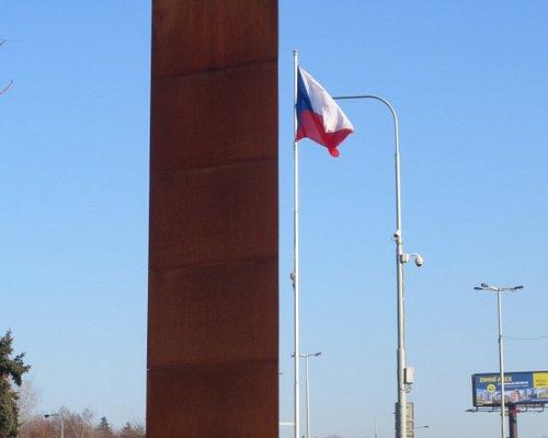 Památník tu stojí na počest hrdinů - parašutistů, ale i statečných českých občanů