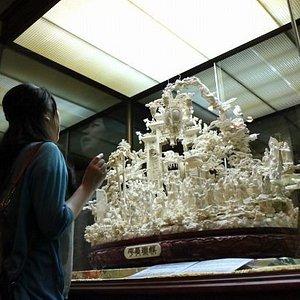 象牙彫刻「娯楽昇平」 親子三代に渡り制作された超大作