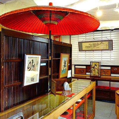展示のショーケースは江戸時代の水屋を活用
