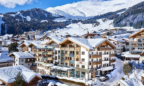 Aussenansicht Hotel Tirol Fiss im Winter