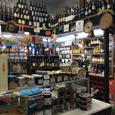 Pelayo: Zona de venta de productos típicos y dulces.