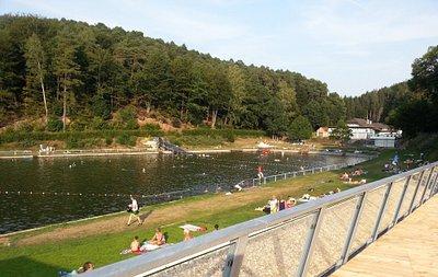 Das Naturbad wird mit reinem Quellwasser gespeist. sodass auf den Einsatz von Chemikalien verzic