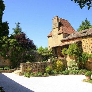 La cour en pierres et son porche du 17eme siècle