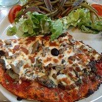 Pizza landaise + salade niçoise (formule à 9€50)-assiette bien garnie, pate fine pour la pizza