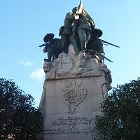 El gran pedestal con el bronce encima