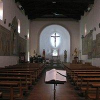 l'interno ad unica navata con gli affreschi sulle parete laterali